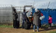 Refugees at Hungary's closed border with Serbia in autumn 2015. (© picture-alliance/dpa)