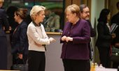 EU Commission President von der Leyen and German Chancellor Merkel at a meeting in February. (© picture-alliance/dpa)