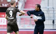 A celebratory elbow shake: Viktor Gyoekeres and manager Jos Luhukay of St. Pauli on 17 May 2020. (© picture-alliance/dpa)