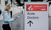 A vaccination point at the Cologne Exhibition Centre. (© picture-alliance/dpa)