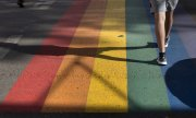 A rainbow-coloured crosswalk in Vilnius. (© picture-alliance/Mindaugas Kulbis)