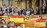 Audience members listening to the parliamentary debate in Barcelona. According to the resolution, the secession would take place within 18 months. (© picture-alliance/dpa)