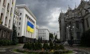 Dark clouds loom over the president's offices in Kiev in August 2015. (© picture-alliance/dpa)