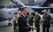 David Cameron at a military base in Italy in 2011. (© picture-alliance/dpa)