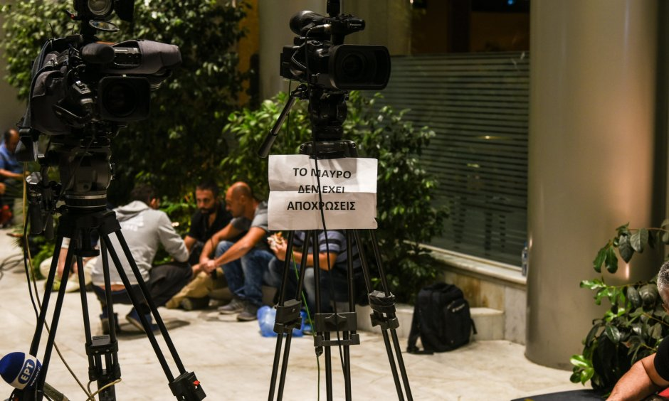 Cameramen and journalists from private TV channels protest the decision to award licences to just four channels. (© picture-alliance/dpa)