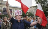 Demonstrators in Kraków on July 23, 2017 call on Duda to veto the judicial reform. (© picture-alliance/dpa)