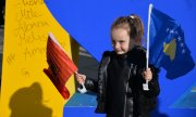 A little girl waves the Kosovar and Albanian flags at Independence Day celebrations. (© picture-alliance/dpa)