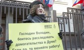 A women outside the Duma calling for the accusations of sexual harassment to be investigated. (© picture-alliance/dpa)