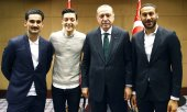 Gündoğan, Özil, Erdoğan and Turkish national player Cenk Tosun. (© picture-alliance/dpa)