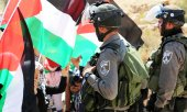 Palestinian demonstrators and Israeli soldiers on the West Bank in September 2015. (© picture-alliance/dpa)