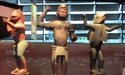 Statues originating from today's Benin in the Musée du quai Branly. (© picture-alliance/dpa)