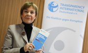 The director of the German section of Transparency International, Edda Müller, at the presentation of the Corruption Perceptions Index. (© picture-alliance/dpa)