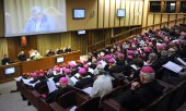 Bishops in prayer. (© picture-alliance/dpa)