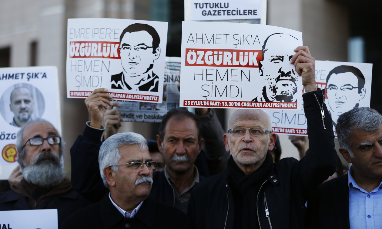 The German journalist Günter Wallraff (second from right) demonstrating in Istanbul for the release of Ahmet Şık and other journalists.