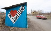 "Bus stop in Saizevo, in the Donetsk region: The sign reads ""I ♡ Saizevo"". (© picture-alliance/dpa)"