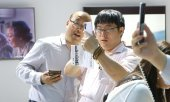 Visitors at a Huawei stand at a trade fair in China. (© picture-alliance/dpa)