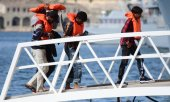 Rescued migrants disembarking from the rescue ship Alan Kurdi in Malta on 9 July. (© picture-alliance/dpa)