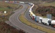 A long line of trucks waiting near the port of Dover in March 2019. (© picture-alliance/dpa)
