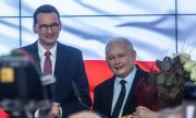 Prime Minister Mateusz Morawiecki (left) and PiS leader Jarosław Kaczyński on election night. (© picture-alliance/dpa)
