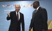 Vladimir Putin welcomes Faustin Archange Touadera, President of the Central African Republic, at the Sochi summit. (© picture-alliance/dpa)