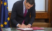 Pedro Sánchez signing the coalition agreement with Unidas Podemos on 30 December. (© picture-alliance/dpa)