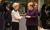 EU Commission President Ursula von der Leyen (left) in conversation with German Chancellor Angela Merkel. (© picture-alliance/dpa)