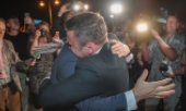 René Wilke (left), Mayor of Frankfurt (Oder), hugs Mariusz Olejniczak, Mayor of Słubice (Poland) on June 13, 2020, on the occasion of the reopening of the border. (© picture-alliance/dpa)