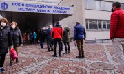 People queuing outside a vaccination centre in Sofia. (© picture-alliance/dpa)
