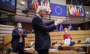 Michel Barnier, the EU's chief Brexit negotiator since 2016, receives a standing ovation in the European Parliament on April 27. (© picture-alliance/dpa)