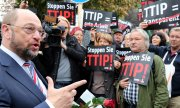 Martin Schulz meets with TTIP opponents in Berlin. For months people across Europe have been demonstrating against the free trade agreement. (© picture-alliance/dpa)