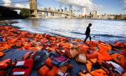 Activists have placed refugees' life jackets on the bank of the East River to draw attention to the global crisis. (© picture-alliance/dpa)