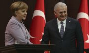 Angela Merkel and Turkish Prime Minister Binali Yıldırım. (© picture-alliance/dpa)