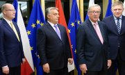 EU Commission chief Juncker (2nd from right) with the prime ministers of the Czech Republic, Hungary and Slovakia. (© picture-alliance/dpa)