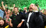 Leader of the Greens Robert Habeck and co-chair Anton Hofreiter at the Greens' election party in Munich. (© picture-alliance/dpa)
