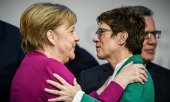 Chancellor Merkel (left) with the new CDU leader Kramp-Karrenbauer. (© picture-alliance/dpa)