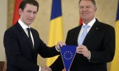 Symbolic handing over of the EU Council presidency from Austrian Chancellor Kurz (left) to Romanian President Iohannis. (© picture-alliance/dpa)