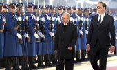 Putin was received with military honours in Belgrade. (© picture-alliance/dpa)