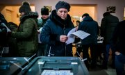 Inside a polling station in Chişinău. (© picture-alliance/dpa)