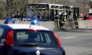 Torched school bus in San Donato Milanese. (© picture-alliance/dpa)