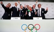 Members of the Italian delegation rejoice at the decision. (© picture-alliance/dpa)