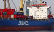 A container ship owned by shipping company Aliança in the Brazilian port city of Manaus. (© picture-alliance/dpa)