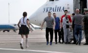 A released prisoner is greeted by a family member in Kiev. (© picture-alliance/dpa)