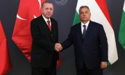 Erdoğan shakes hands with Orbán in Budapest. (© picture-alliance/dpa)