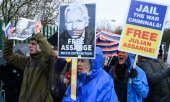 Demonstration against Assange's extradition outside the courtroom on 24 February. (© picture-alliance/dpa)