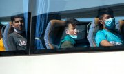 A bus bringing minors from Hanover Airport to their accomodation. (© picture-alliance/dpa)