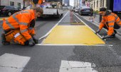 A new cycle path being laid out on Brussels' Boulevard Emile Jacqmain on 5 May 2020. (© picture-alliance/dpa)