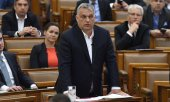Orbán in the Hungarian Parliament on March 30, 2020. (© picture-alliance/dpa)