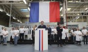 Macron during a visit to a factory owned by automotive supplier Valeo in Etaples, northern France. (© picture-alliance/dpa)