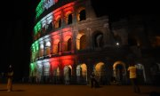The Colosseum in Rome - here lit up in the national colours - reopened after 84 days on the weekend. (© picture-alliance/dpa)