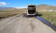 A burnt-out bus near Vardenis on 29 September. According to Armenia it was destroyed by a Turkish drone at Azerbaijan's behest. (© picture-alliance/dpa)